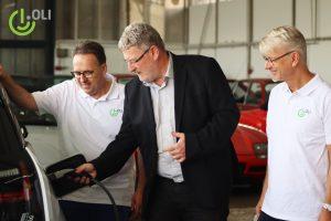 Die beiden Geschäftsführer der OLI Systems GmbH, Peter Vogel (links) und Dr. Ole Langniß (rechts) gemeinsam mit dem Bürgermeister der Gemeinde Harthausen (mitte) während der Einweihung der neuen Niederlassung in Harthausen.